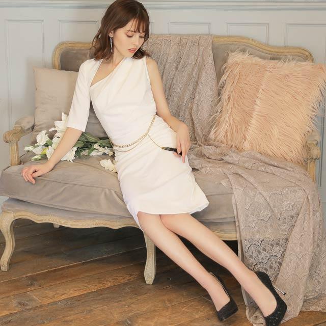アシンメトリーチャーム付きタイト膝丈ドレス